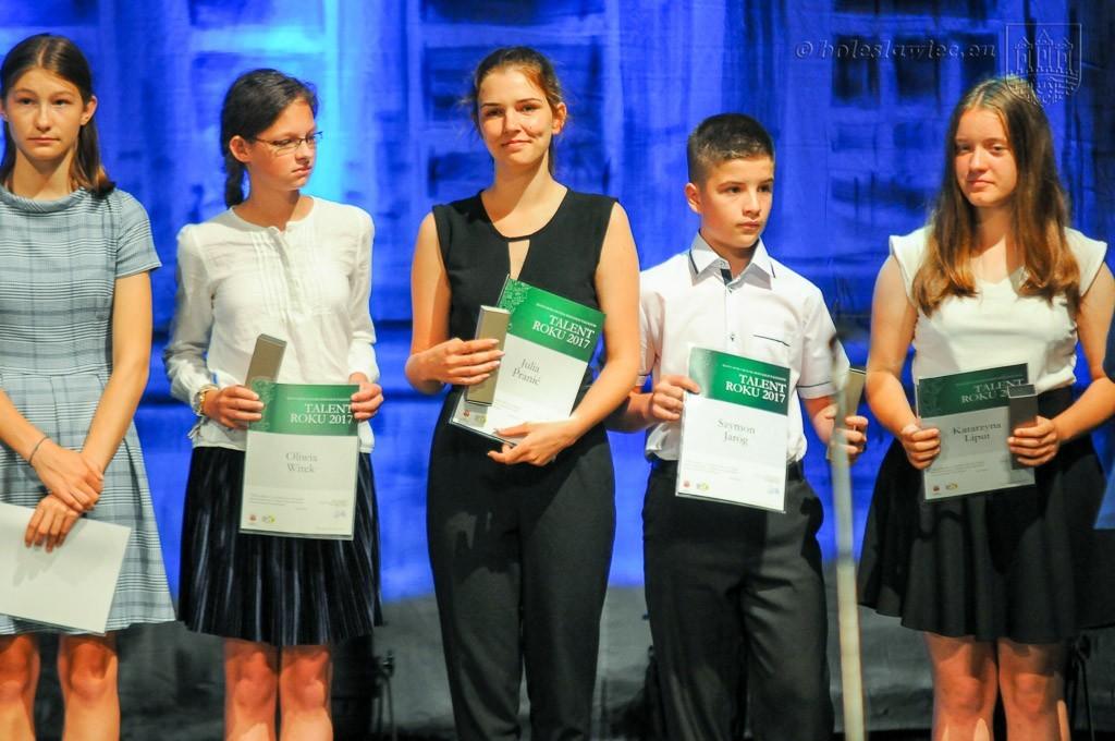 Uhonorowano wybitnie uzdolnionych uczniów szkół miejskich z-index: 0