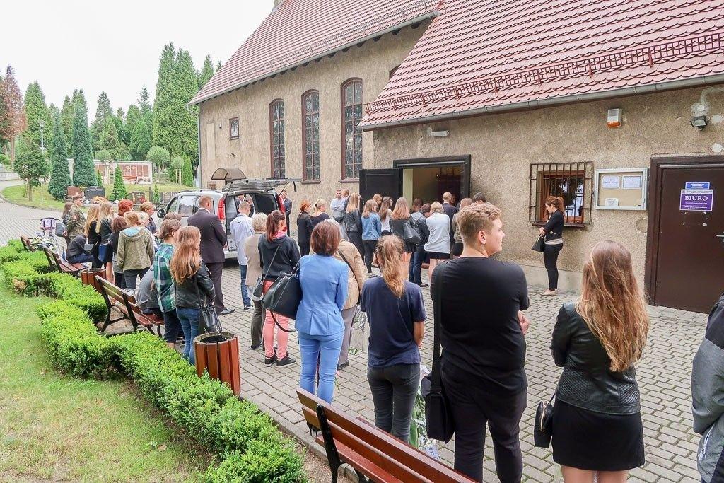 Ludzie zebrani na pogrzebie Dawida Minge
