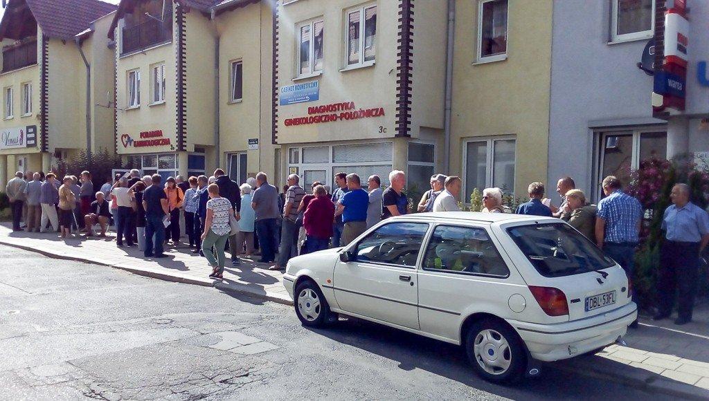 Kolejka do przychodni na ul. Gdańskiej