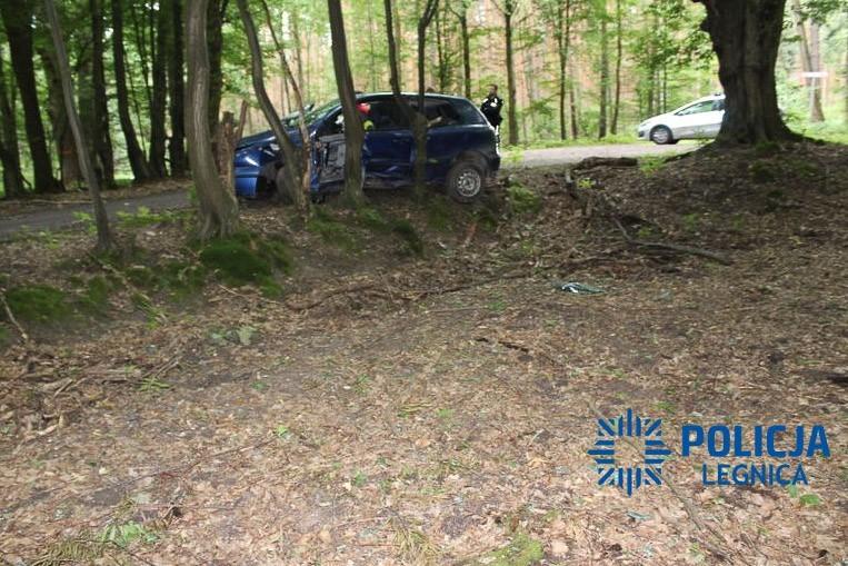 19-latek uciekał przed policją i wjechał w drzewo