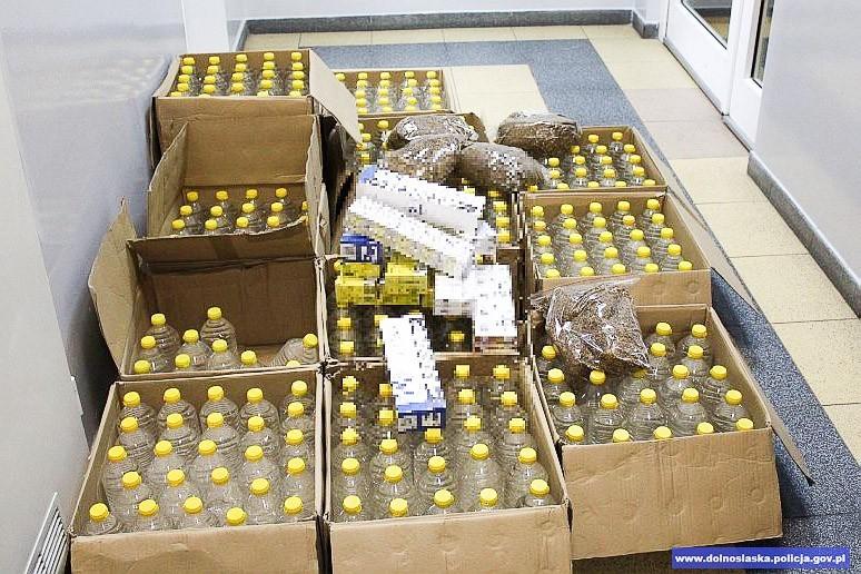 Przechwycili 2,5 kg nielegalnego tytoniu, 2400 papierosów i 300 l spirytusu