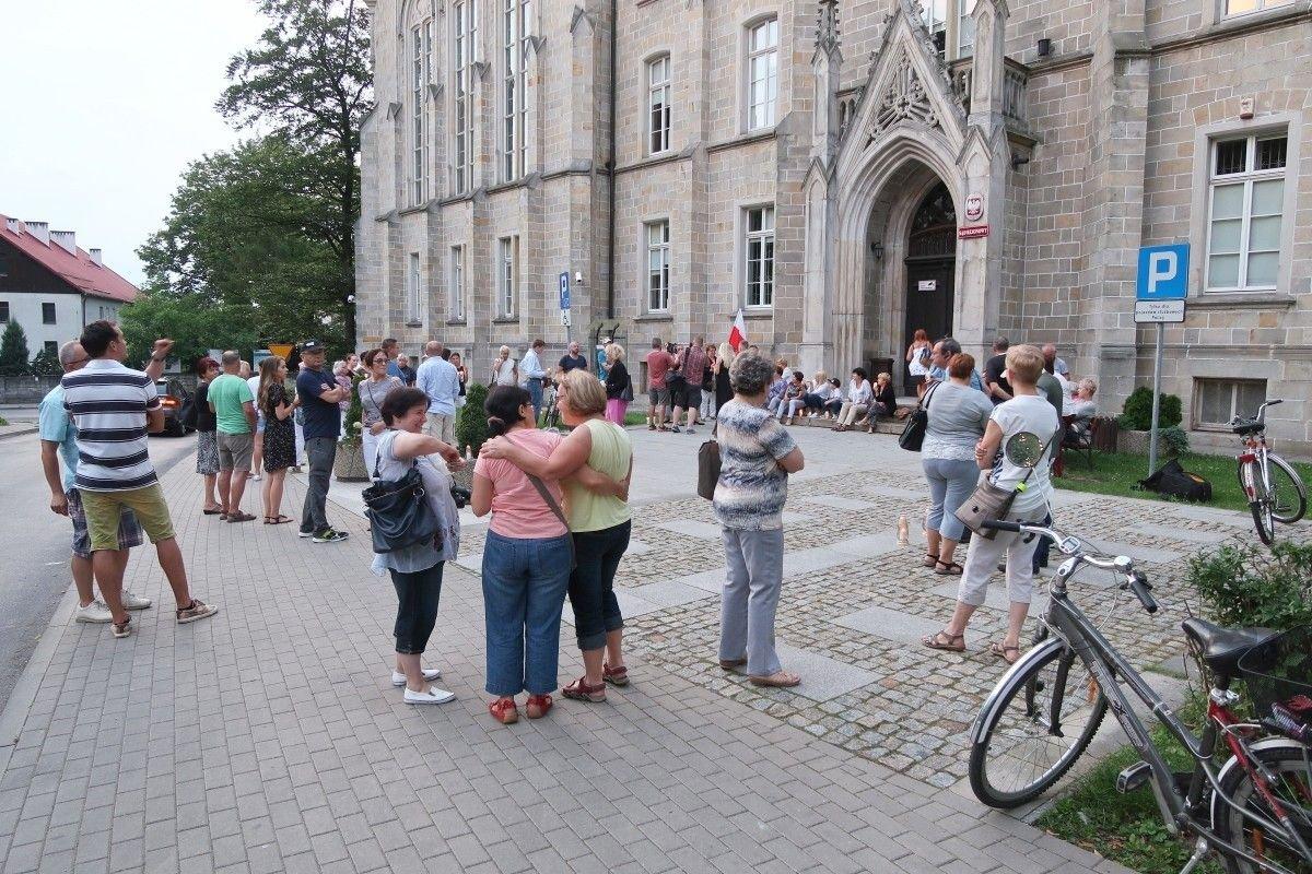 Ludzie zbierają się przed Sądem Rejonowym w Bolesławcu