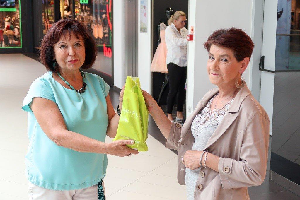 Anika Fiłon wręcza prezenty od Oriflame: wodę perfumowaną, balsam do ciała, perełki do makijażu oraz tusz do rzęs.