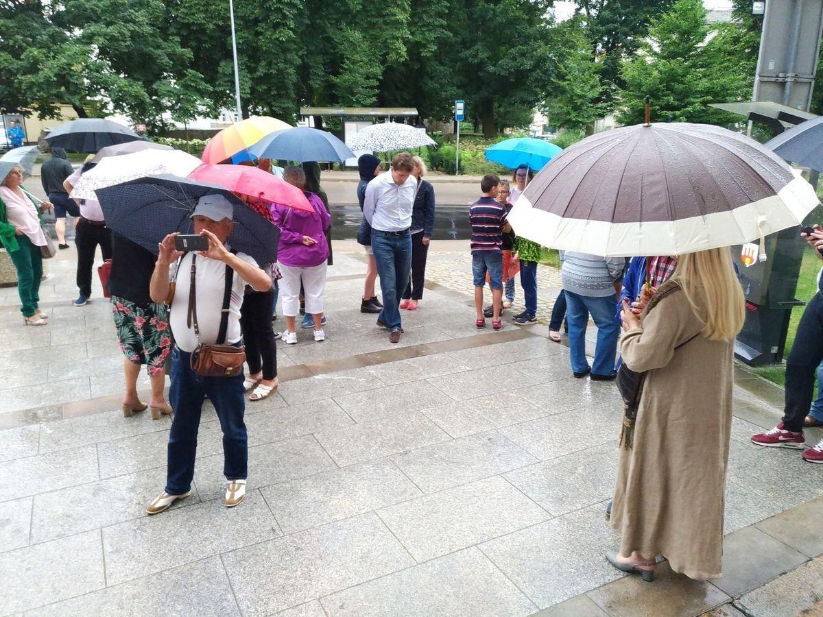 Deszcz nie straszny – kolejny raz ludzie spotkali się przed Sądem w Bolesławcu z-index: 0