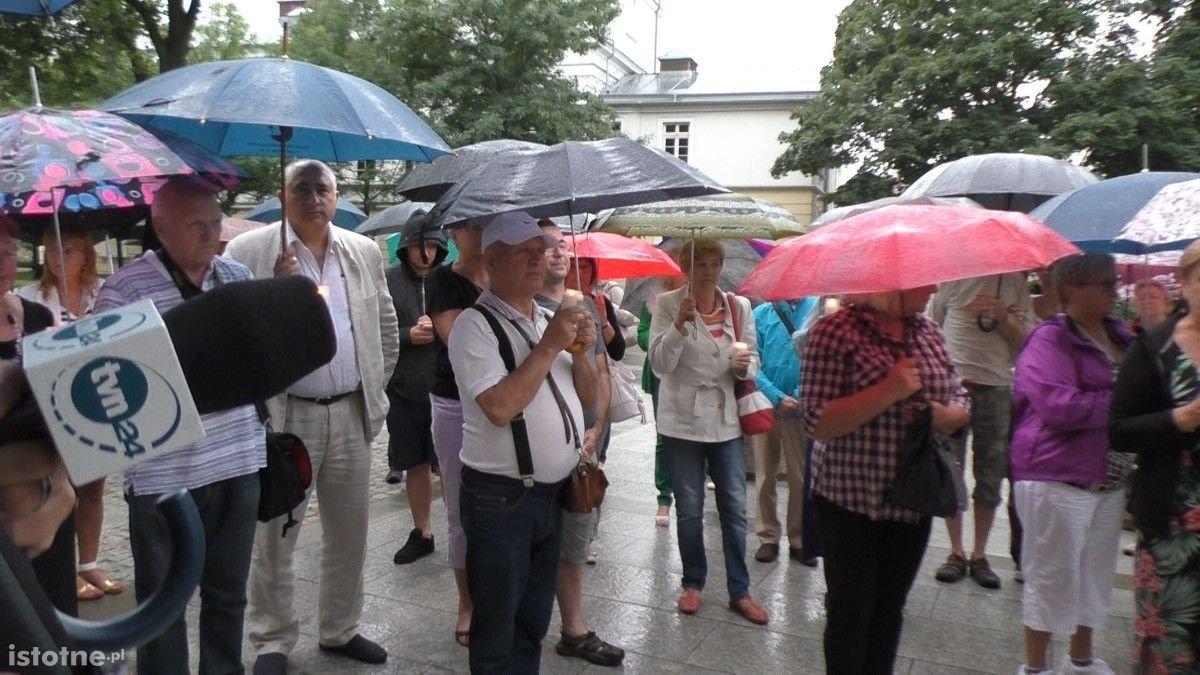 Ludzie na manifestacji pod Sądem Rejonowym w Bolesławcu