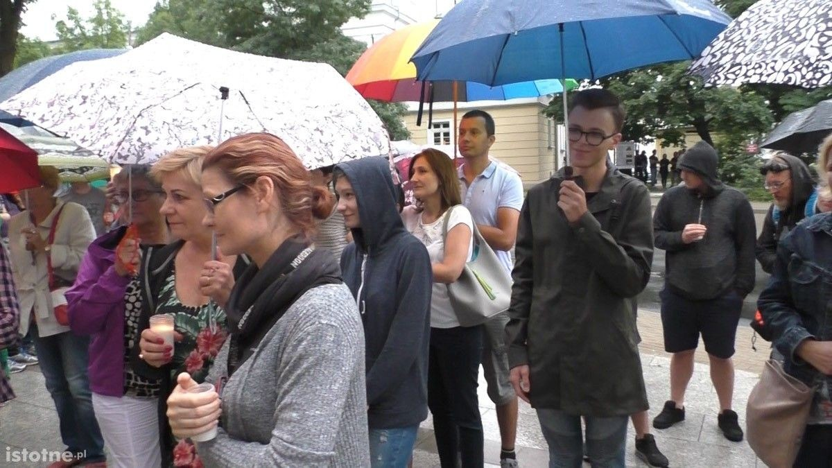 Ludzie na manifestacji pod Sądem Rejonowym w Bolesławcu z-index: 0