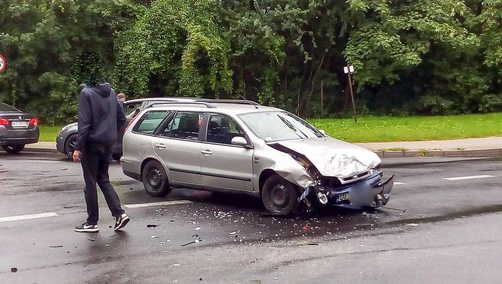 Wypadek koło stadionu, zderzyły się dwa auta z-index: 0