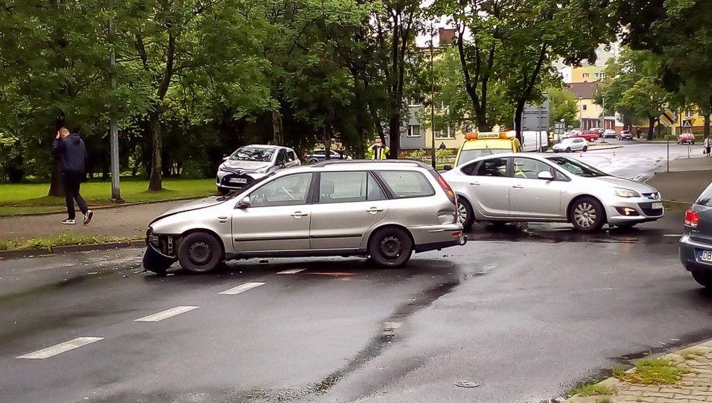 Wypadek koło stadionu, zderzyły się dwa auta