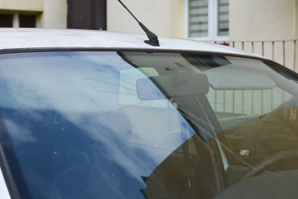Biały Renault straszy przy II LO