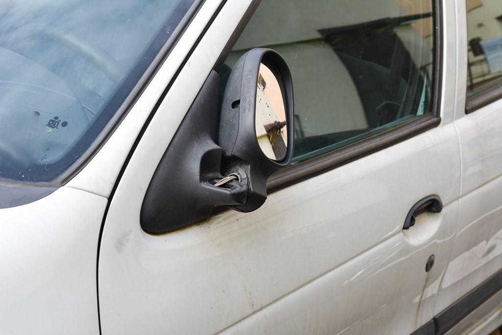 Biały Renault straszy przy II LO z-index: 0