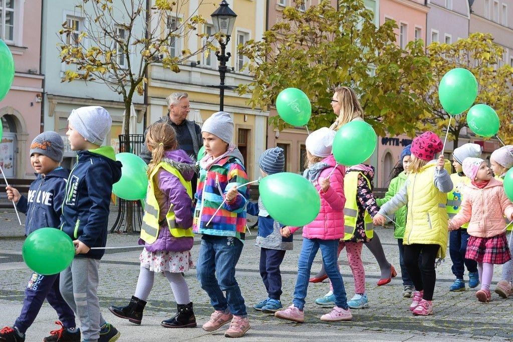 """Przedszkolaki zachęcały do udziału w akcji """"Nasze miasto oddycha"""" z-index: 0"""
