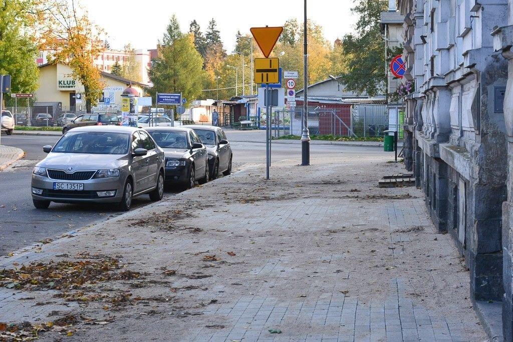 Nieskończony chodnik na Komuny Paryskiej już budzi kontrowersje