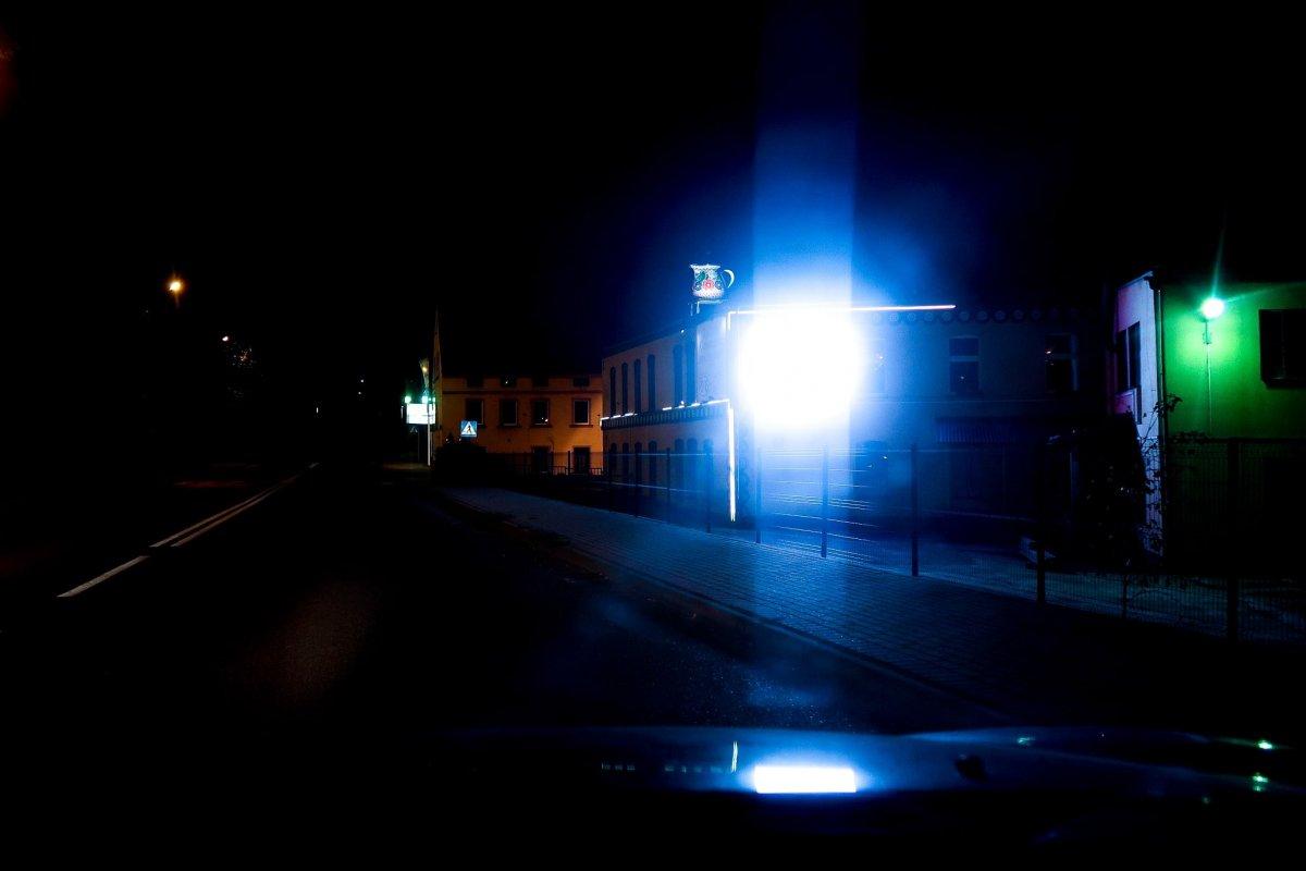 Taki obraz widzi kierowca, który przejeżdża nocą koło telebimu Zakładów Ceramicznych Bolesławiec