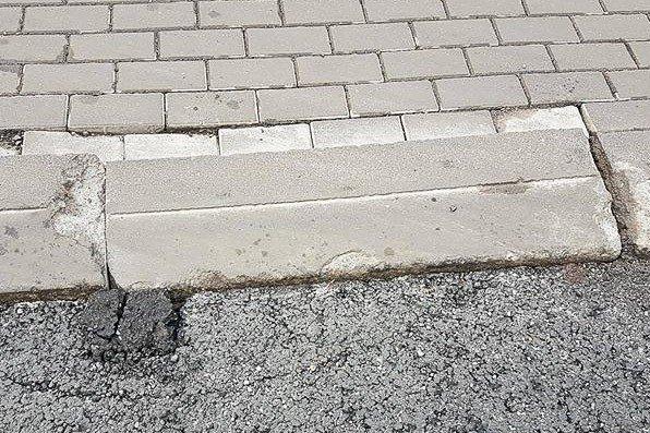 """Skruszony asfalt i pęknięte kostki chodnika, tak wygląda """"nowiutka"""", dwa dni po odebraniu ulica Sądowa"""