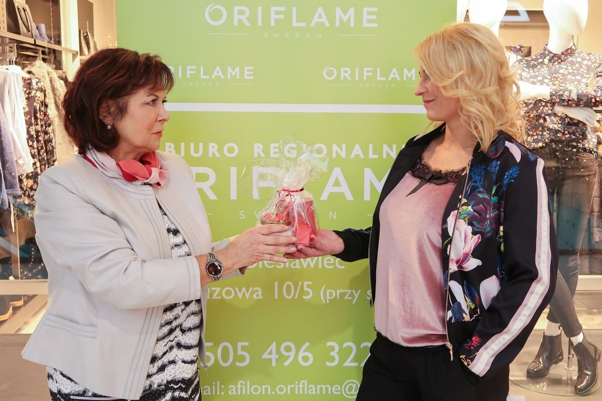 Anika Fiłon z Oriflame wręcza upominki naszej uczestniczce Metamorfoz