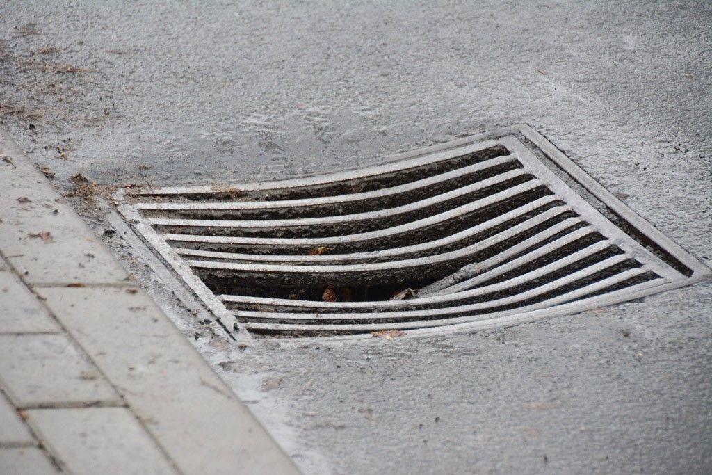 Wybrakowana kratka kanalizacyjna przy Ogrodowej