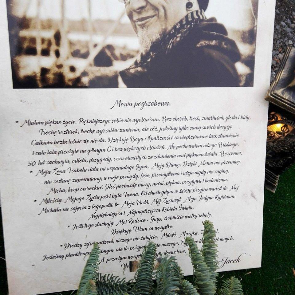 Tablica pamiątkowa na grobie Jacka Pałki