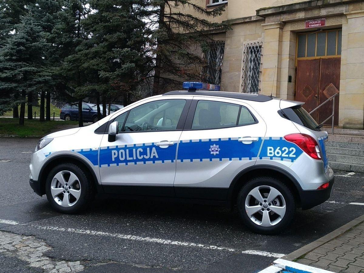 Radiowóz przed Komendą Policji