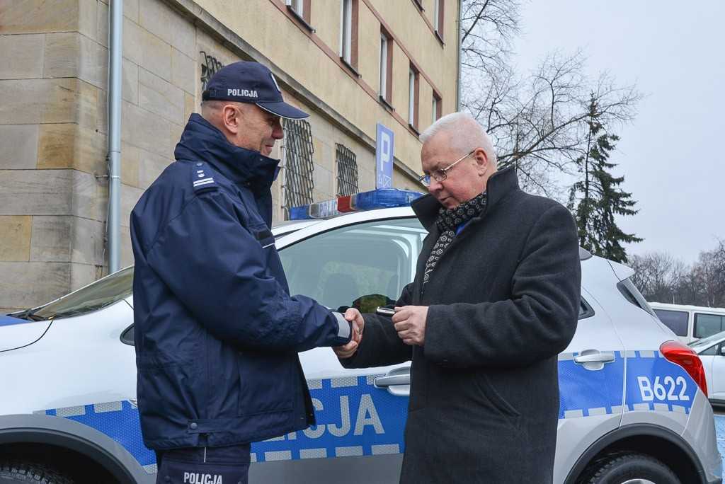 Policjanci z Warty Bolesławieckiej z nowym radiowozem. Zakup współfinansował burmistrz gminy Warta Mirosław Haniszewski z-index: 0