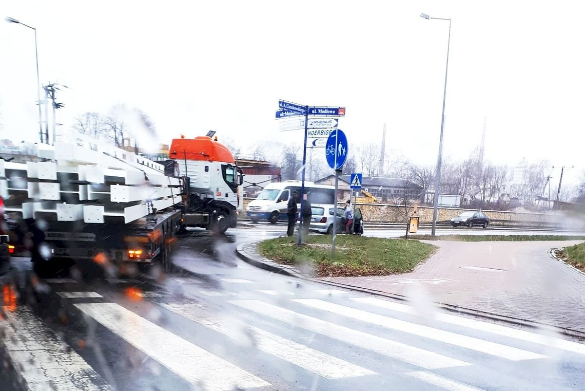 Zderzenie osobówki z ciężarówką na obwodnicy