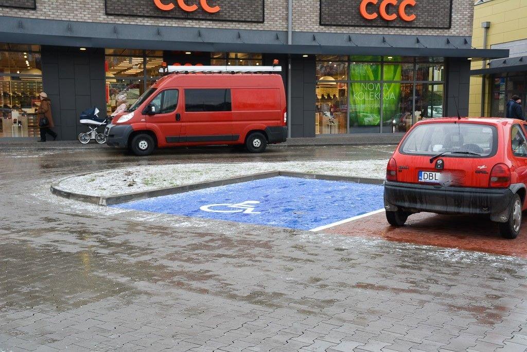 Galeria przy dworcu PKS w Bolesławcu trudno dostępna dla niepełnosprawnych?