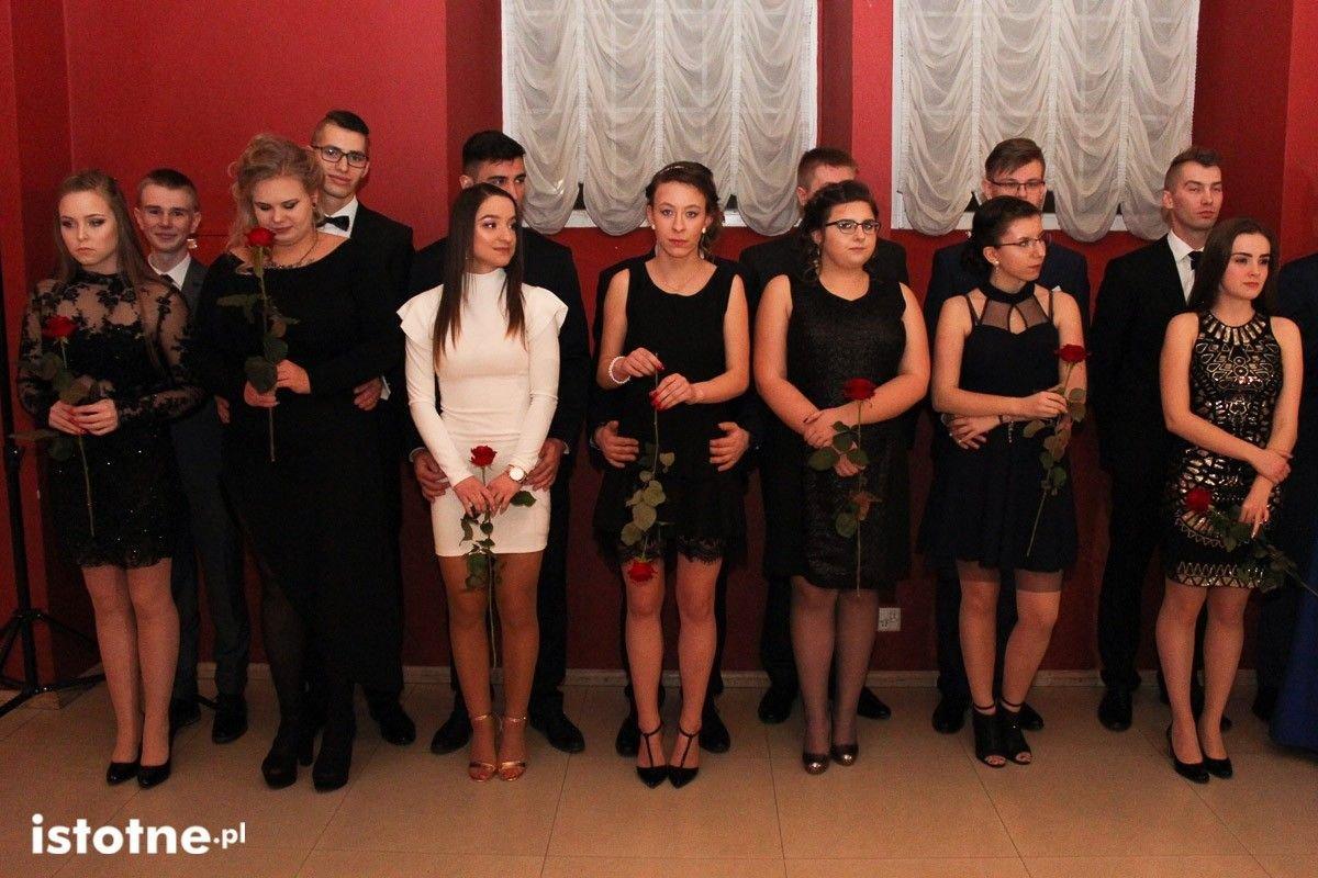 Studniówka uczniów Zespołu Szkół Handlowych i Usługowych w Bolesławcu w Pałacu Brunów z-index: 0