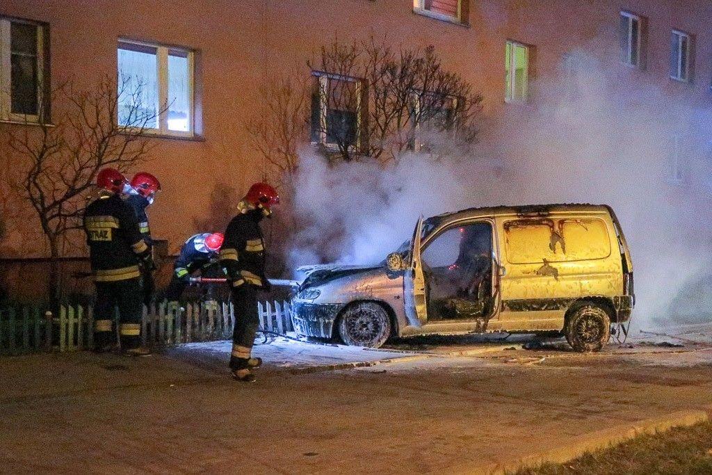 Pożar auta przy Jana Pawła II w Bolesławcu z-index: 0