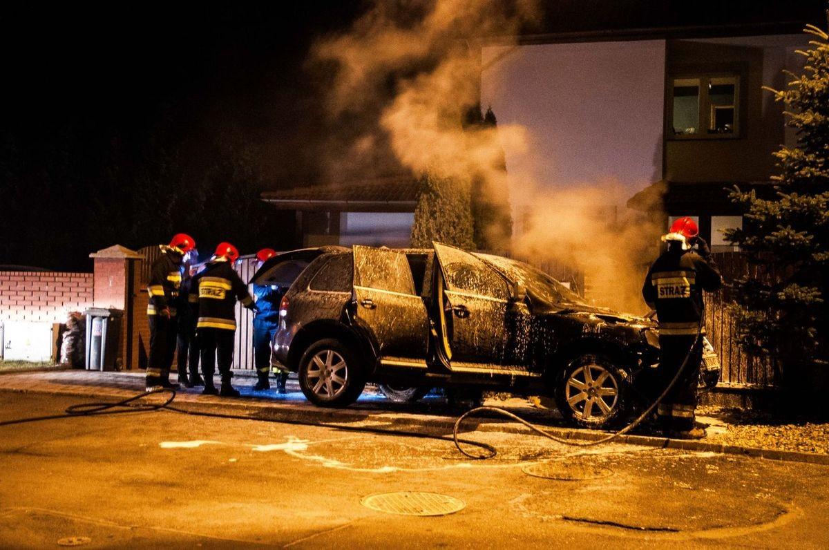 Strażacy gaszą auto przy ul. Czerwonych Maków z-index: 0