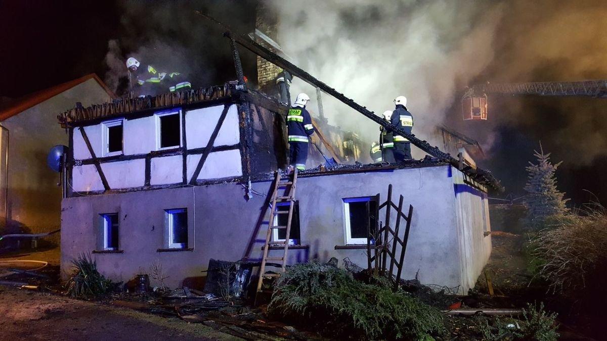 Strażacy podczas akcji gaszenia domu