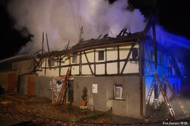 Spłonął budynek w Gościszowie. Długa i trudna noc dla strażaków