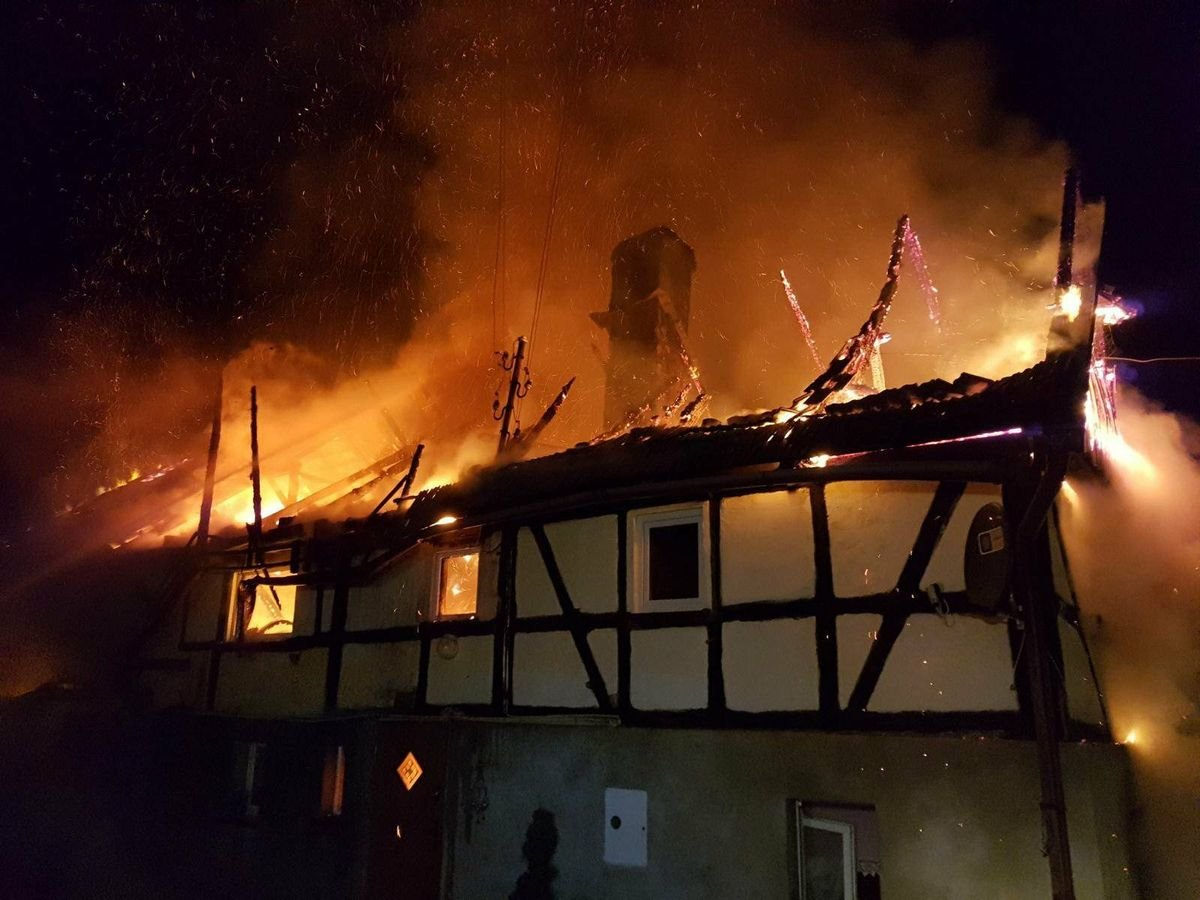 Spłonął budynek w Gościszowie. Długa i trudna noc dla strażaków z-index: 0
