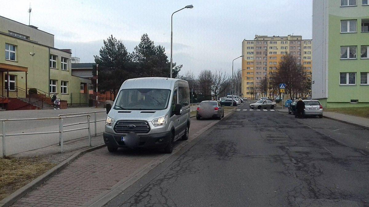 Nagminnie parkują w zatoczce dla autobusów z-index: 0