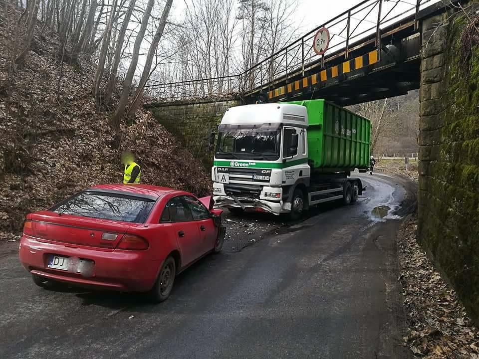 Mazda zderzyła się z ciężarówką. Kierowcy z Bolesławca nic się nie stało z-index: 0