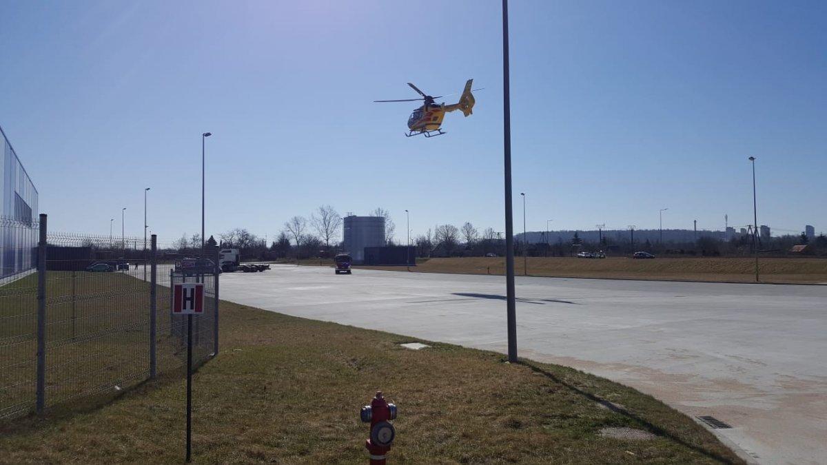 Helikopter LPR ląduje na parkingu przed firmą Rehnus