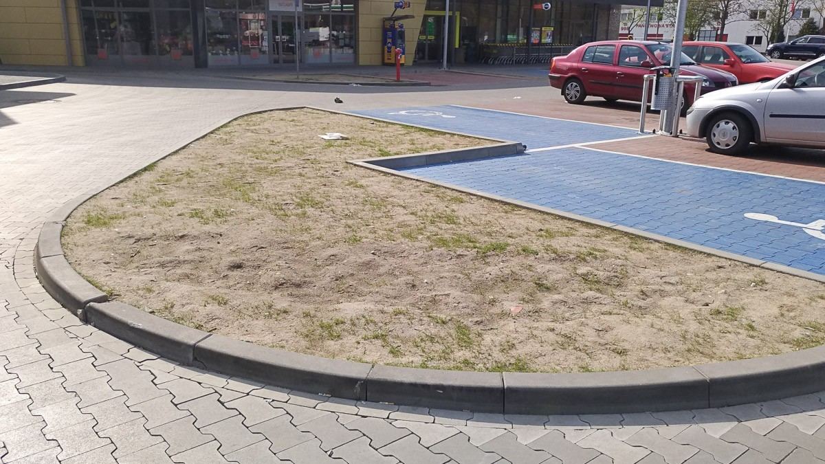 Niszczą nowe trawniki przy galerii na Wesołej, a jak ktoś zwróci uwagę, pokazują f*cka z-index: 0
