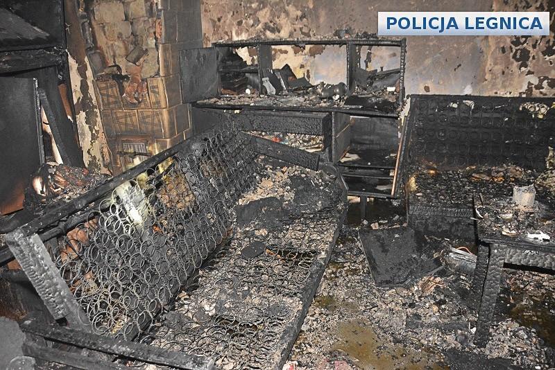 Policjanci uratowali życie mężczyznom uwięzionym w płonącej kamienicy z-index: 0