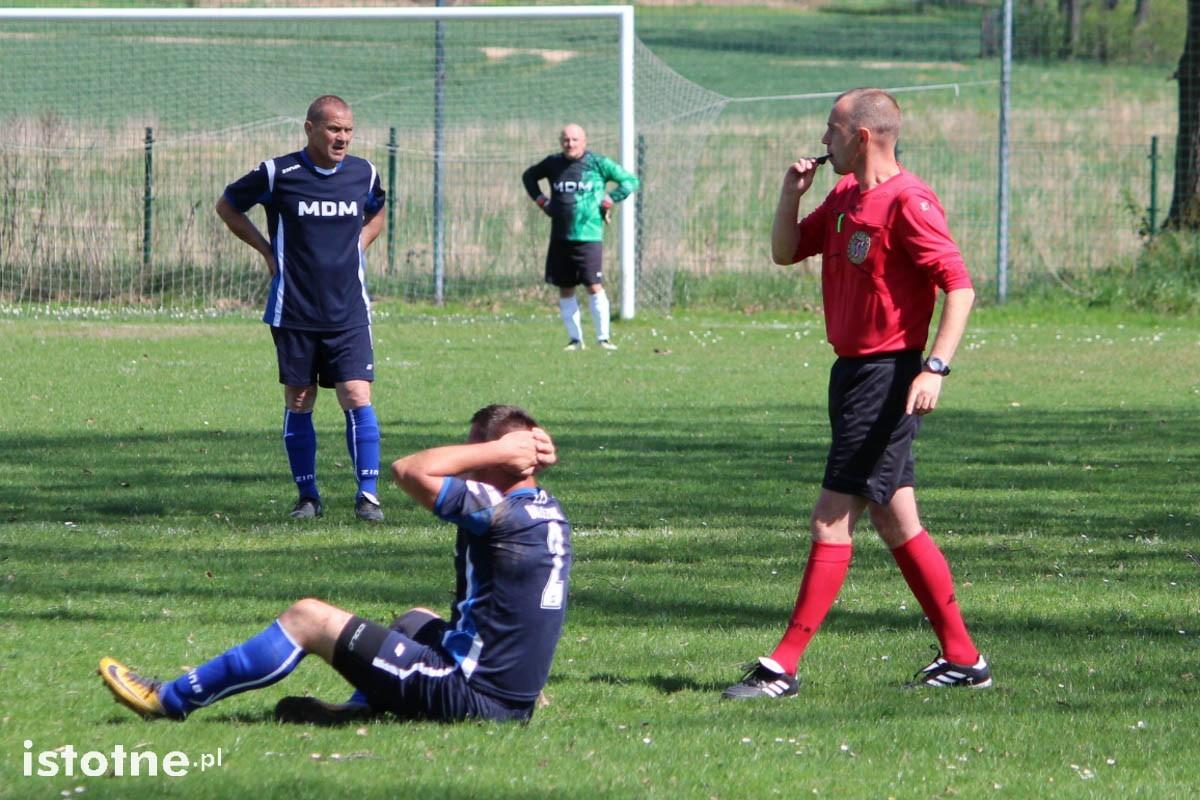 Dwa gole i dwie czerwone kartki na meczu w Łaziskach z-index: 0