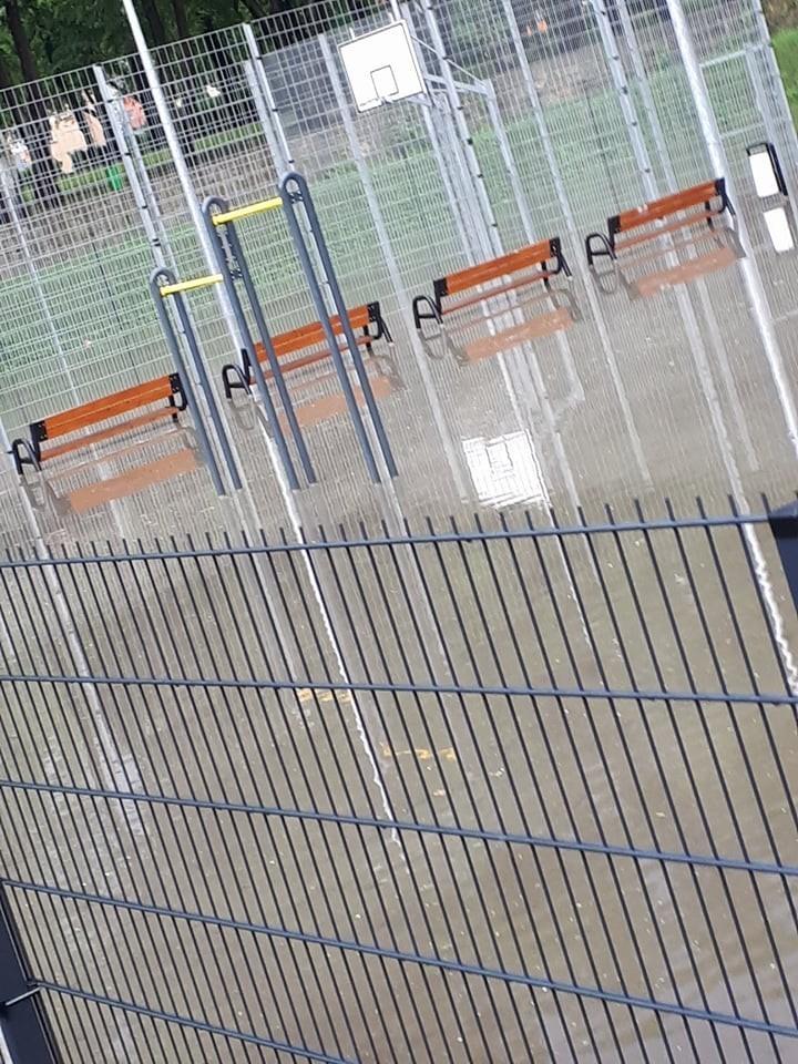 Zalane garaże i boisko przy Komuny Paryskiej z-index: 0