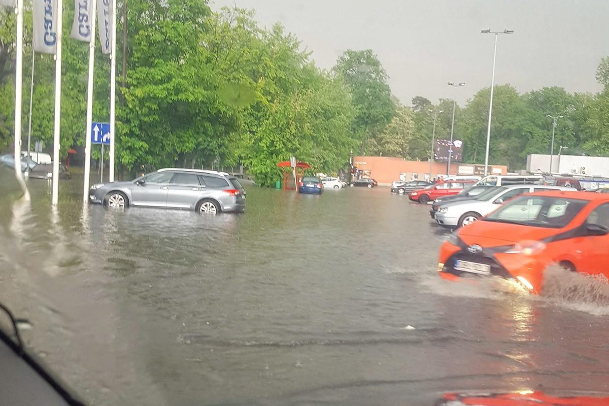 Zalany parking i ulica pod Carrefour w Bolesławcu