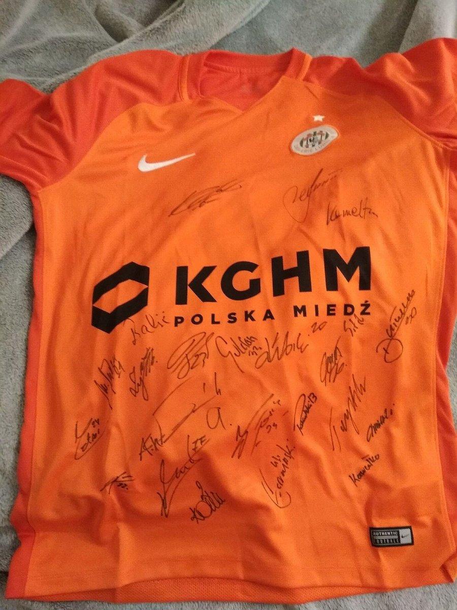 Koszulka Zagłębia Lubin z autografami piłkarzy