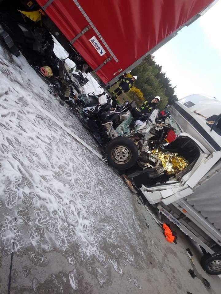Śmiertelny wypadek na A18. Kierowca busa zginął na miejscu z-index: 0