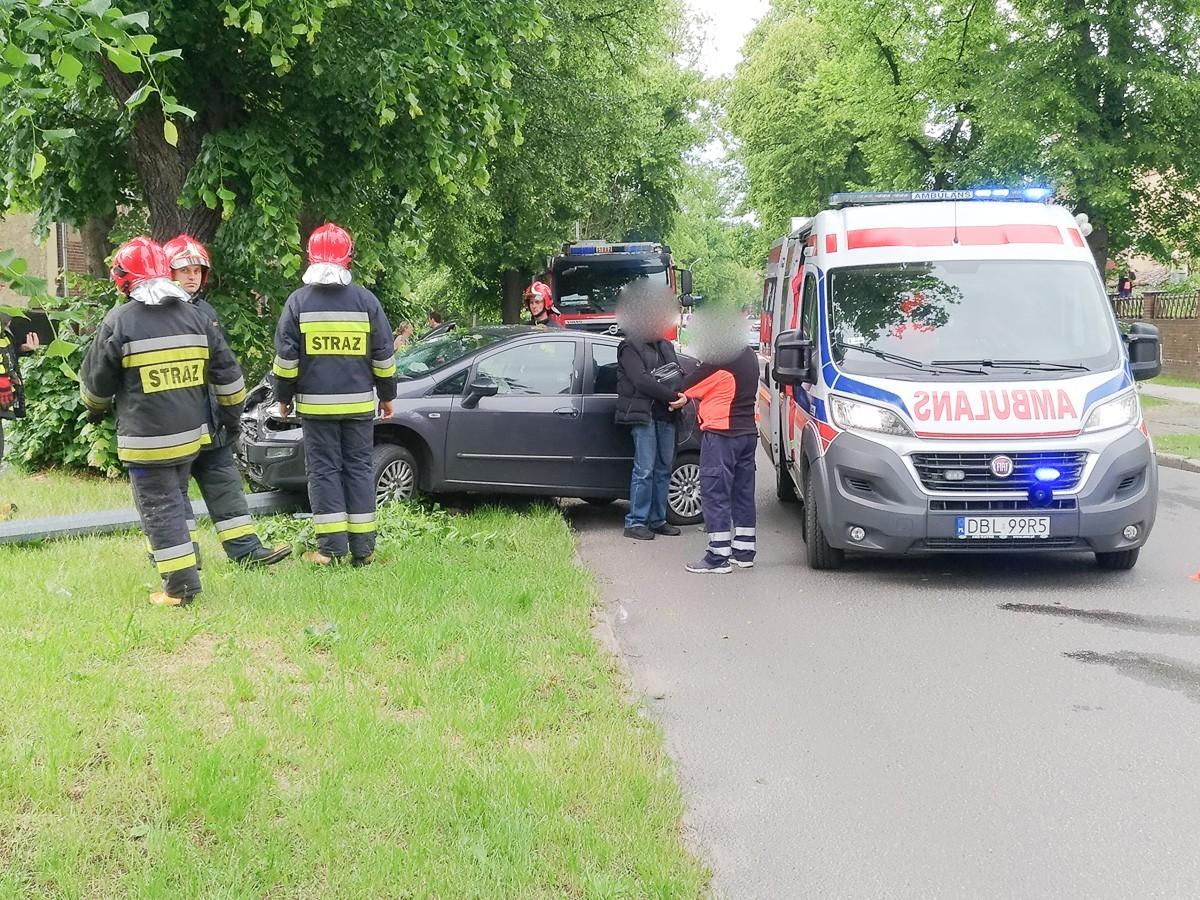 Kolizja na Wojska Polskiego, osobówka złamała latarnię. Jedna osoba ranna z-index: 0