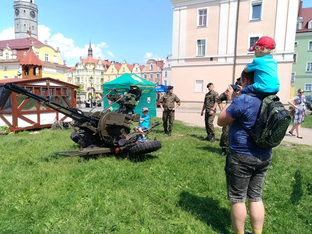 Pokaz sprzętu wojskowego na bolesławieckim Rynku z-index: 0