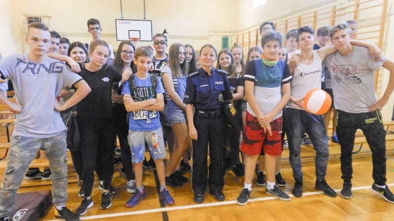 Policjanci przypominają dzieciom i młodzieży, jak bezpiecznie spędzić wakacje z-index: 0