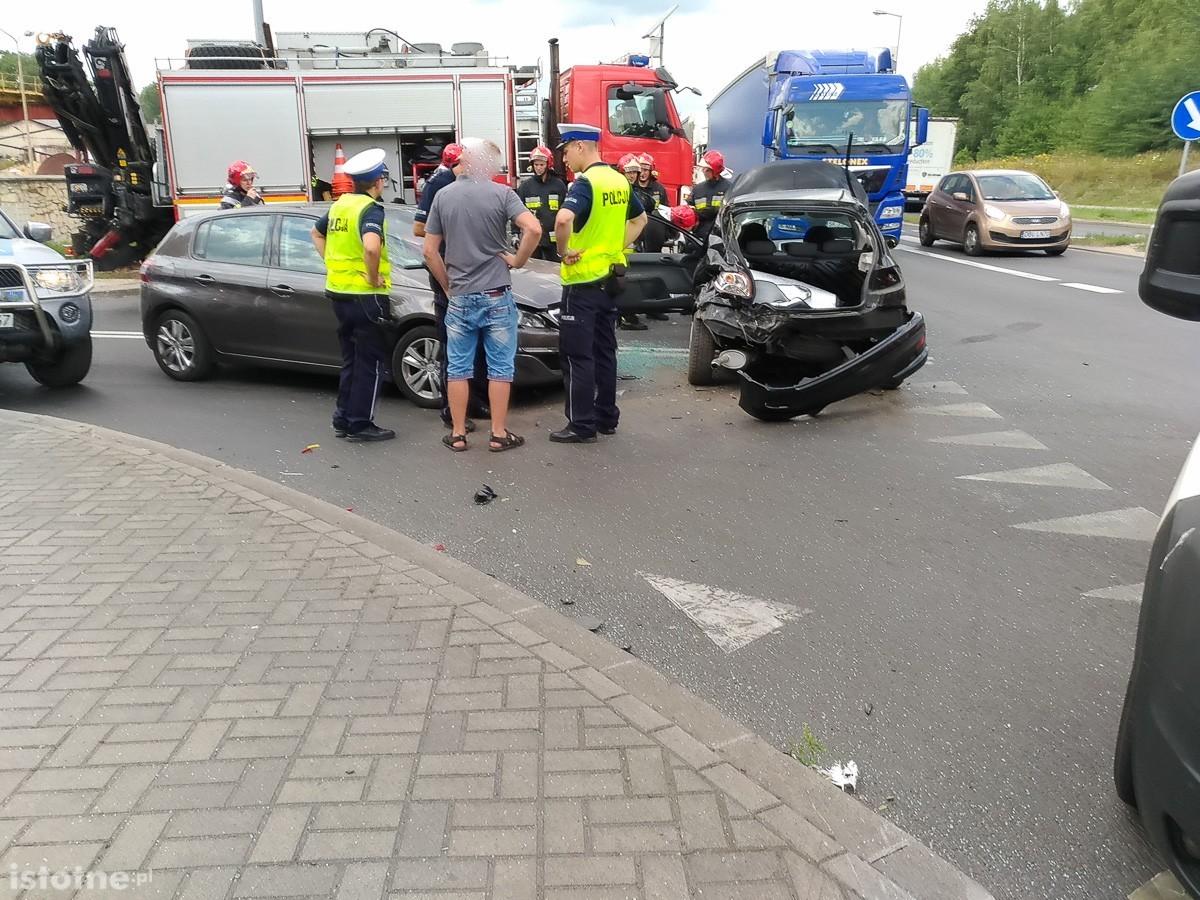 Wypadek na krzyżówce Cieszkowskiego-Modłowa. Jedna osoba ciężko ranna