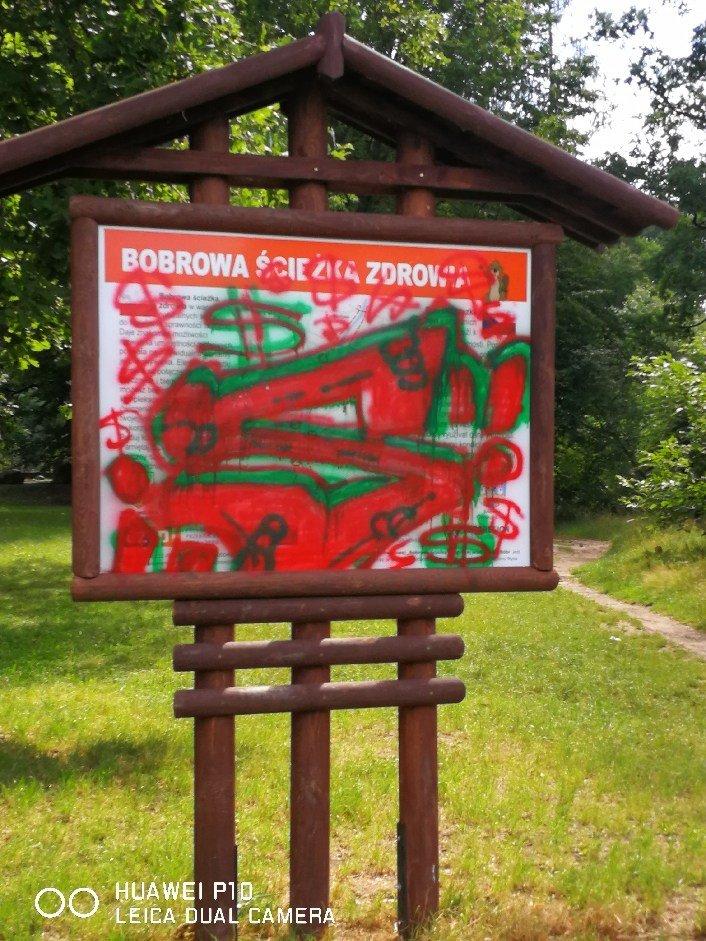 Zdewastowana tablica na Bobrowej Ścieżce