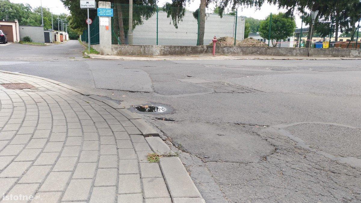 Czytelnik: dziura przy PWiK i fatalny stan nawierzchni na Żeromskiego
