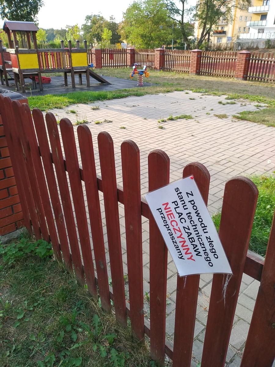 Plac zabaw przy Wojska Polskiego zamknięty. Kiedy zostanie naprawiony?