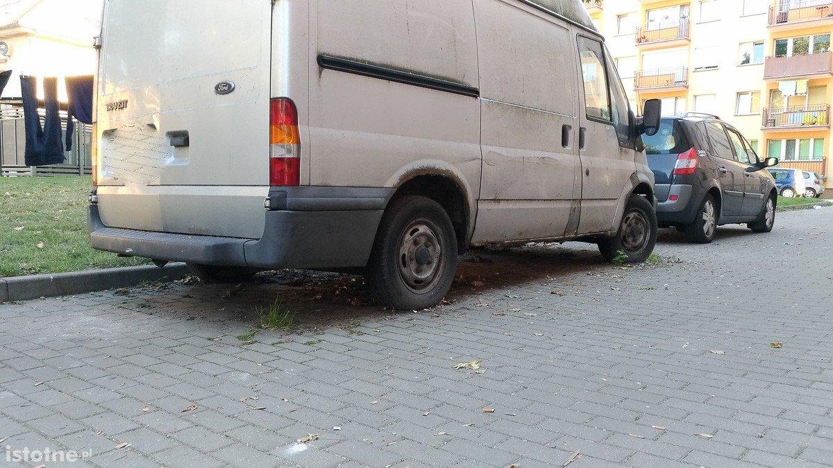 Szary ford transit sieje postrach na Żwirki i Wigury