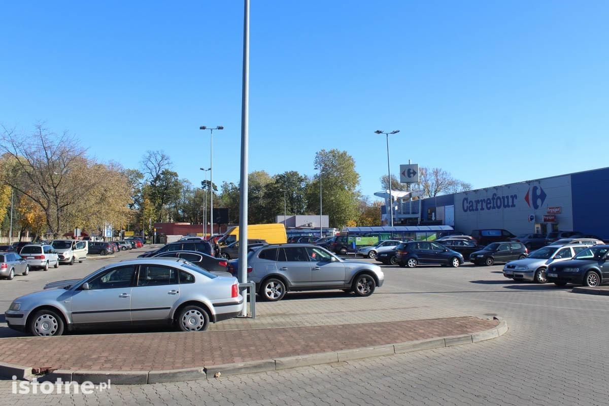 Samochody na parkingach przed marketami